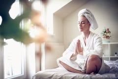 早晨瑜伽锻炼 15个妇女年轻人 免版税库存图片