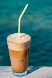 早晨由海的咖啡frappe 免版税库存图片