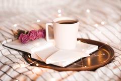早晨茶与书的 免版税库存图片