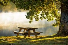早晨薄雾和桌 库存图片