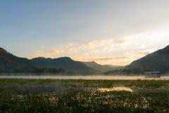 早晨薄雾浮动房子 免版税图库摄影