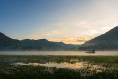 早晨薄雾浮动房子 免版税库存照片