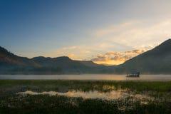 早晨薄雾浮动房子 库存图片