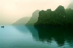 早晨薄雾的海岛。 免版税库存照片