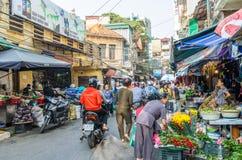 早晨街市的繁忙的地方日常生活在河内,越南 卖主和买家繁忙的人群在市场上 免版税库存图片