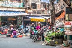 早晨街市的繁忙的地方日常生活在河内,越南 卖主和买家繁忙的人群在市场上 图库摄影