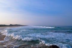 早晨视图和波浪在海岸 库存图片