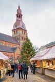 早晨视图在里加大教堂正方形的圣诞节市场上 免版税库存照片