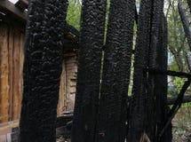 早晨视图被烧在木房子下 免版税库存照片