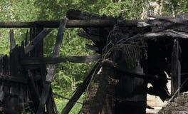 早晨视图被烧在木房子下 免版税库存图片