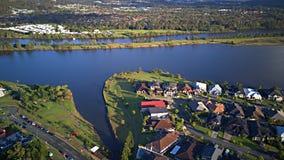 早晨视图赛船会在湖和Parkland英属黄金海岸草玩耍区域议院庄园浇灌在湖的Coomera河旁边, 库存图片