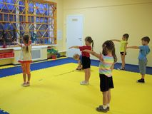 早晨锻炼在幼儿园 免版税库存图片