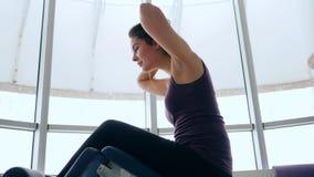 早晨锻炼,女孩晃动压入健身俱乐部反对窗口 影视素材