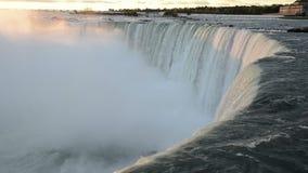 早晨阳光第一光芒接触尼亚加拉大瀑布落的水  影视素材