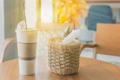 早晨阳光通过窗口,在Th的咖啡杯发光 免版税库存照片