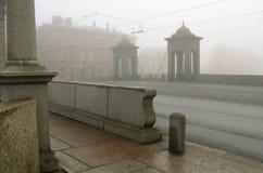 早晨雾在城市 库存图片
