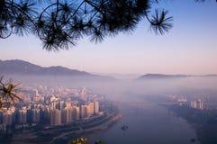 早晨雾在桥梁和城市 免版税图库摄影