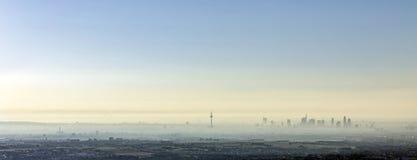 早晨雾的法兰克福 库存照片