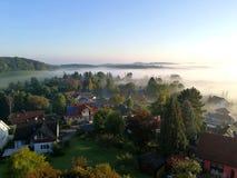 早晨雾的镇 图库摄影