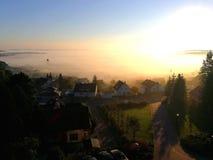 早晨雾的镇 免版税库存照片