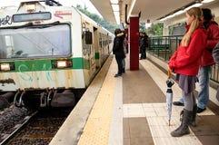 早晨高峰时间通勤者在平台等待 免版税库存图片