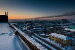 早晨黎明在一个工业城市 工厂和植物 在视图之上 库存照片