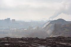 早晨,雾,烟雾,肮脏的被污染的工业区 免版税库存图片