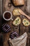 早晨-咖啡和油炸圈饼和生物面包涂用香葱和种子 库存图片