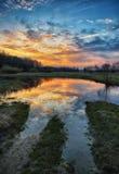 早晨 有薄雾的黎明在一个美丽如画的草甸 太阳光芒 库存照片
