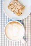 早晨cappucсino咖啡和自创蛋糕酥皮点心 免版税库存照片