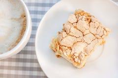 早晨cappucсino咖啡和自创蛋糕酥皮点心 免版税图库摄影