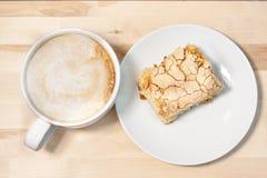 早晨cappucсino咖啡和自创蛋糕酥皮点心 库存照片