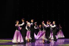 早期的丁香以色列民间舞蹈这奥地利的世界舞蹈 免版税库存图片