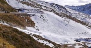 早期的冬天滑雪胜地推力骑马天时间4k西班牙内华达山脉 股票录像