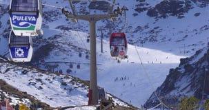 早期的冬日光滑雪电缆车4k内华达山脉西班牙 股票视频