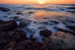 早期的日落黑海海岸 免版税图库摄影