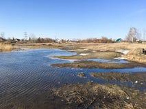 早期的春天风景在俄罗斯,在熔化的雪以后 免版税库存照片
