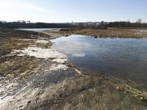 早期的春天风景在俄罗斯,在熔化的雪以后 库存图片