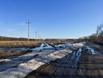 早期的春天风景在俄罗斯,在熔化的雪以后 库存照片