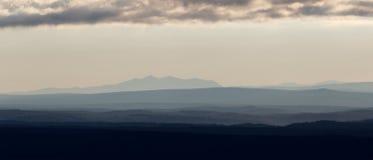 早期的横向早晨 在山剪影的看法  库存图片