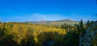 早期的秋天全景从高度的Taganay山  库存照片