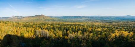 早期的秋天全景从高度的Taganay山  库存图片