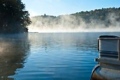 早期的雾湖早晨 免版税库存图片