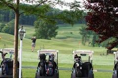早期的高尔夫球运动员早晨 库存图片