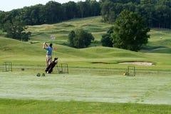 早期的高尔夫球运动员早晨 免版税库存图片