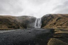 早期的高展望期冰岛低早晨拍摄了生产美妙彩虹skogafoss南部的星期日的瀑布 免版税库存图片