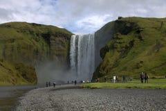 早期的高展望期冰岛低早晨拍摄了生产美妙彩虹skogafoss南部的星期日的瀑布 库存照片