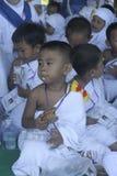 早期的年龄孩子吃面包礼服麦加朝圣麦加朝圣并且学会崇拜 库存照片