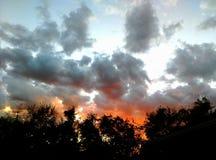 早秋天日落通过暴风云 库存图片