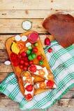 早餐、可口三明治用乳酪和蕃茄在木背景,看法从上面 土气食物样式 早餐Fo 免版税库存图片